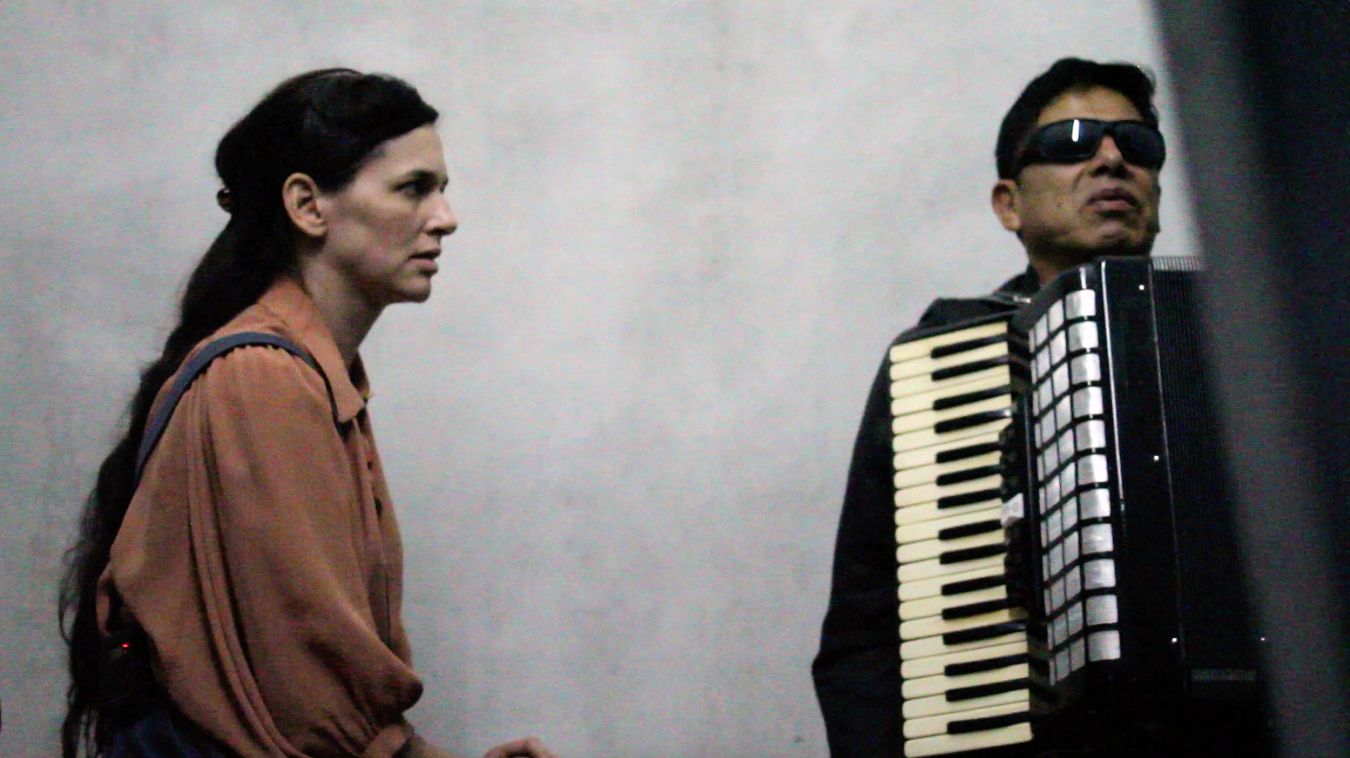 Artist Taryn Simon and Ecuadorian mourner Anibal Gonzalez. An Occupation of Loss, 2016. Video still courtesy Taryn Simon Studio.